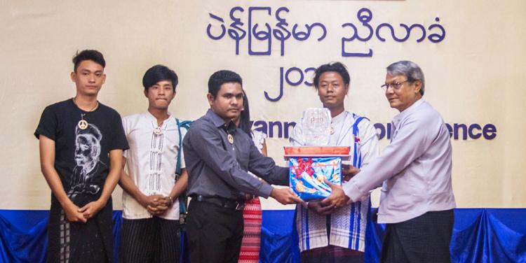 စတုတ္ထအကြိမ် ပဲန်မြန်မာနှစ်ပတ်လည်အထွေထွေညီလာခံ၌ ငြိမ်းချမ်းရေးကဗျာသရုပ်ဖော်တင်ဆက်မှုပြိုင်ပွဲ ဆုချီးမြှင့်